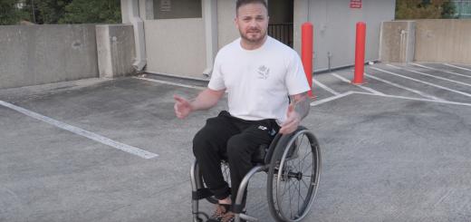 Muž sediaci na invalidnom vozíku