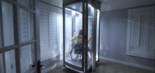 Žena na vozíku vo výťahu
