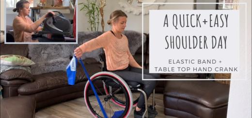 Žena na vozíku napinajúc gumu na cvičenie.