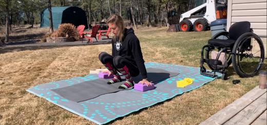 Žena vozíčkarka cvičiaca jogu
