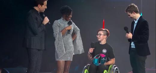 Dievča na vozíku prijímajúc ocenenie majsterka sveta vo freestyle jazde na vozíku.
