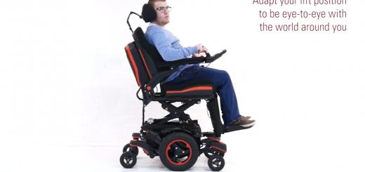 Muž na elektrickom vozíku